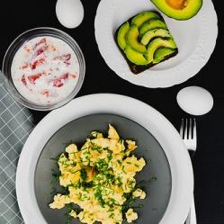 """Õhuline munapuder avokaado-leiva ja """"koorese"""" tomatisalatiga (SF)"""